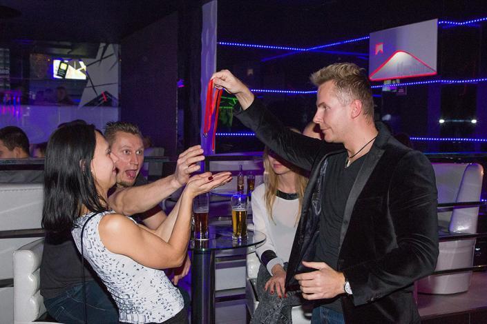 Pokaz iluzji w klubie nocnym